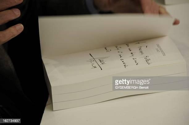 Jacques And Bernadette Chirac At The Book Fair Of Brive Jacques CHIRAC dédicaçant son livre 'Chaque pas doit être un but' aux éditions Nil à la Foire...