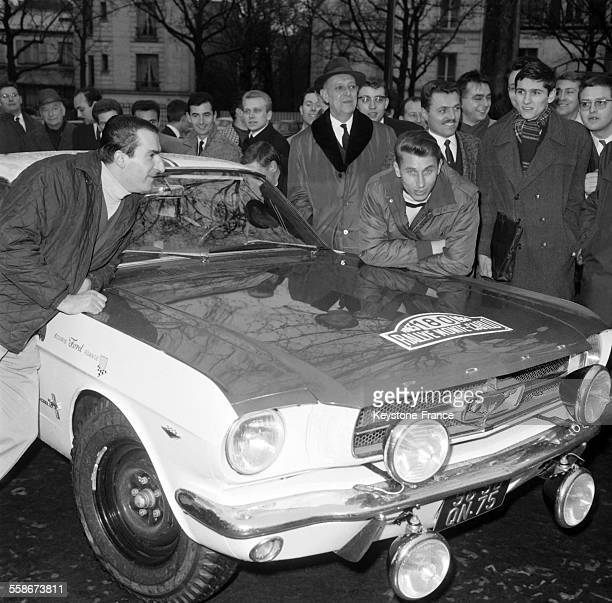 Jacques Anquetil et Rafael Geminiani lors du controle de leur Ford Mustang au siege de l'ACIF pour participer au rallye de MonteCarlo le 15 janvier...