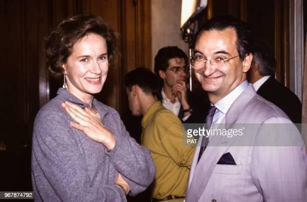 Jacques Attali et Domonique Sanda sur le tournage de téléfilm 'Warburg' à Paris le 16 novembre 1990 France