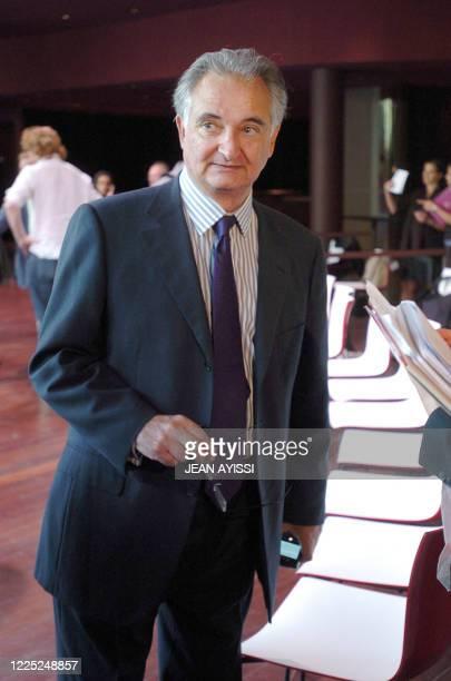 Jacques Attali, président de la Commission pour la libération de la croissance française , s'adresse à la presse le 30 août 2007 à Paris à l'issue de...