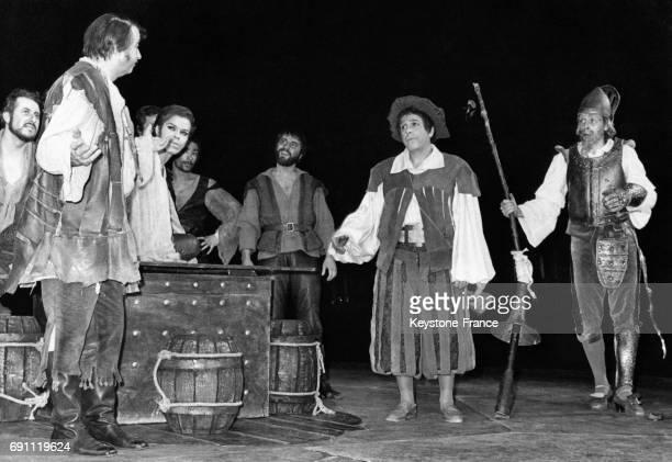 Jacques Brel et Robert Manuel sur scène dans la comédie musicale 'L'Homme de la Mancha' le 9 décembre 1968 au théâtre des ChampsÉlysées à Paris France