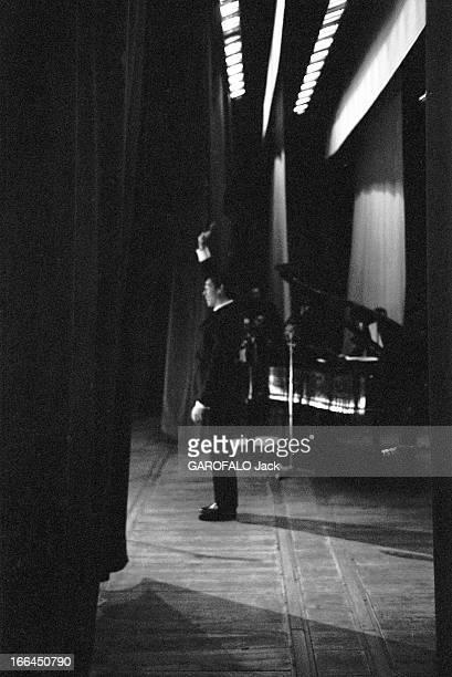Jacques Brel Gives Up His Career Jacques BREL lors de sa tournée d'adieux attitude du chanteur de profil sur scène saluant le public