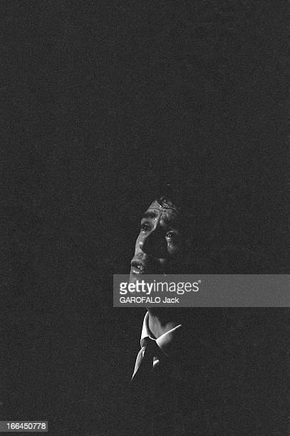 Jacques Brel Gives Up His Career Jacques BREL lors de sa tournée d'adieux le chanteur de troisquarts chantant sur scène