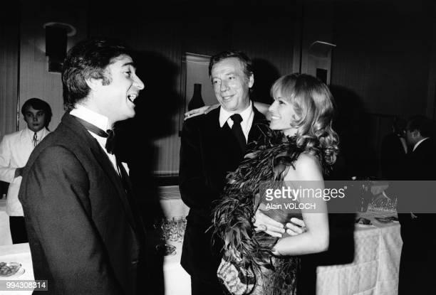 Jacques Brialy Yves Montand et Nathalie Delon lors de la remise du prix Jean Cocteau 1974 en septembre 1974 à Lyon en France