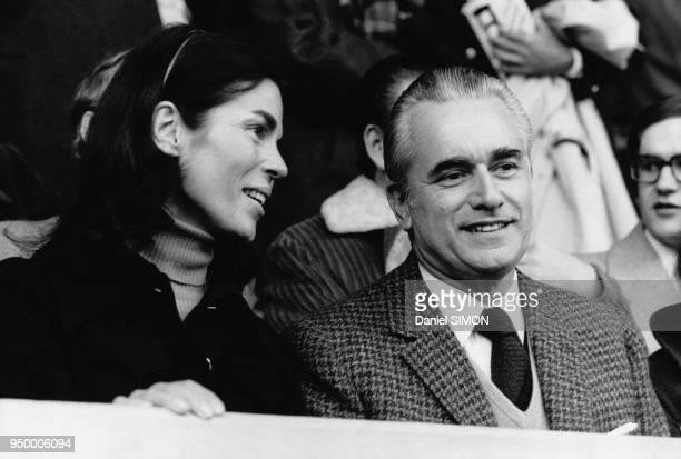 Jacques ChabanDelmas et sa femme Micheline lors du match France/Angleterre au Pardc des Princes le 2 mars 1974