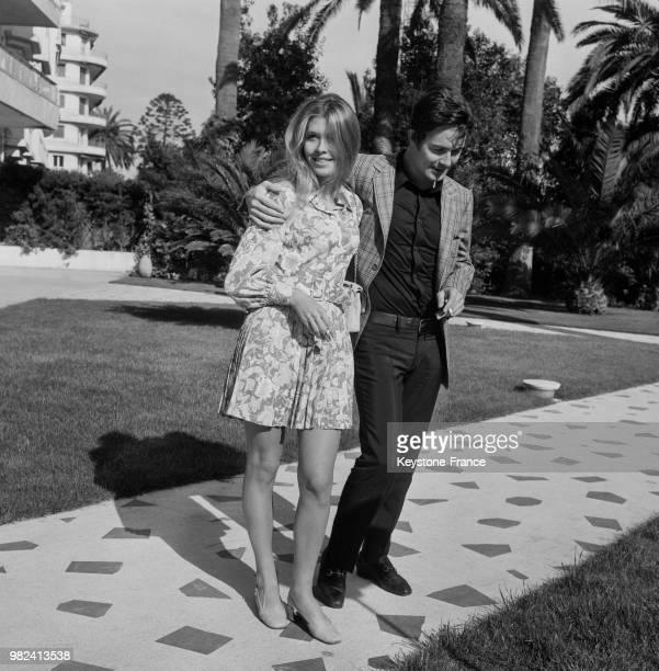 Jacques Charrier et sa femme dans le parc du Gand Hôtel lors du festival international du film à Cannes en France le 16 mai 1969