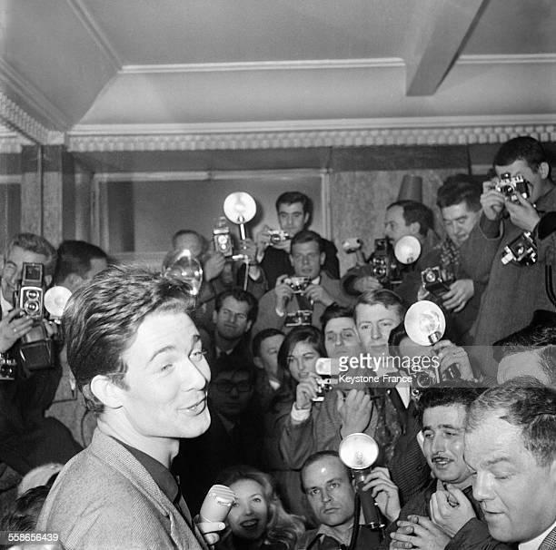Jacques Charrier mari de Brigitte Bardot annonce à la presse la naissance de son fils Nicolas à Paris France le 11 janvier 1960