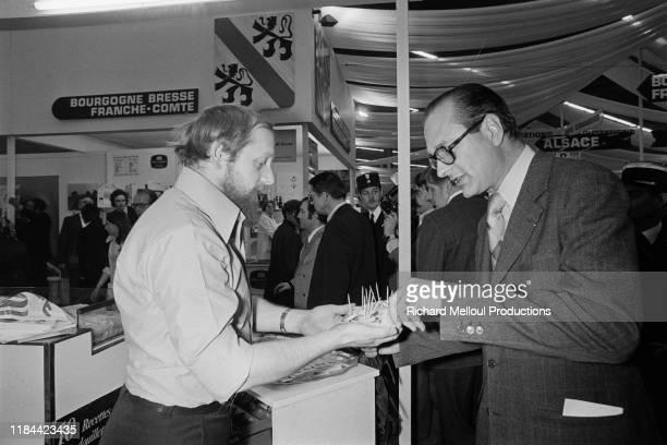 Jacques Chirac goutant de l'andouillette, Paris, 13 Mars 1976