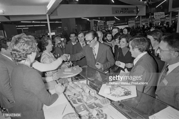 Jacques Chirac goutant du fromage, Paris, 13 Mars 1976