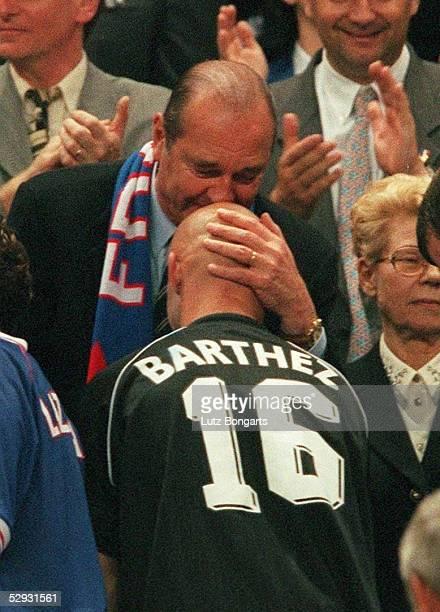 3 FRANKREICH FUSSBALLWELTMEISTER 1998 Jacques CHIRAC kuesst Torwart Fabien BARTHEZ auf die Glatze