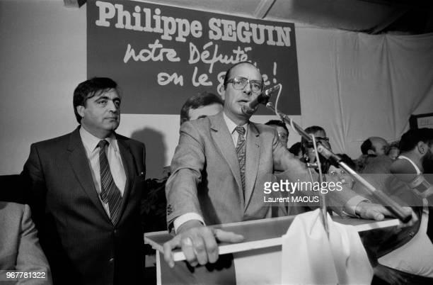 Jacques Chirac lors d'un meeting de soutien au candidat RPR Philippe Séguin à gauche le 17 juin 1981 à Epinal France