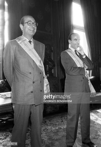 Jacques Chirac , maire de Paris, et Alain Juppé, maire-adjoint chargé des Finances, assistent le 01 mai 1986 dans les salons de l'hôtel de ville à la...