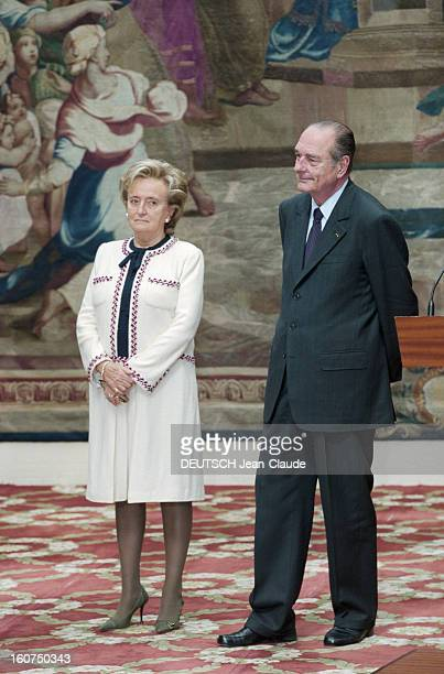 Jacques Chirac Receives The May 1st Traditional Thrush At The Elysee Paris 1er mai 2002 le Président Jacques CHIRAC reçoit le traditionnel muguet du...