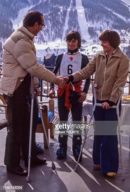 Jacques Chirac rencontre les championnes de ski Perrine Pelen et Patricia Emonet en février 1979 à Auron France
