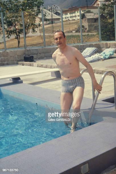 Jacques Chirac se baignant dans une piscine lors de ses vacances à Auron le 18 août 1974 France