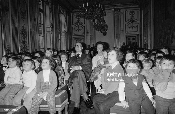 Jacques Chirac the French Prime Minister and his wife Bernadette Chirac attending Guignol's spectacle surrounded by children at Matignon's Christmas...