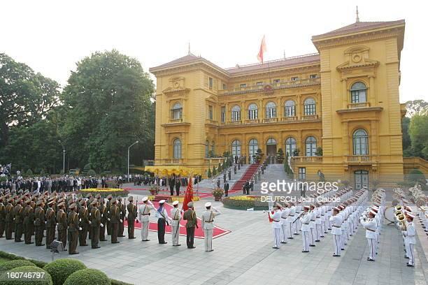 Vietnam Cérémonie à HANOI pour la venue de Jacques CHIRAC ce dernier se tenant debout aux côtés de son homologue vietnamien TRAN DUC LUONG face aux...