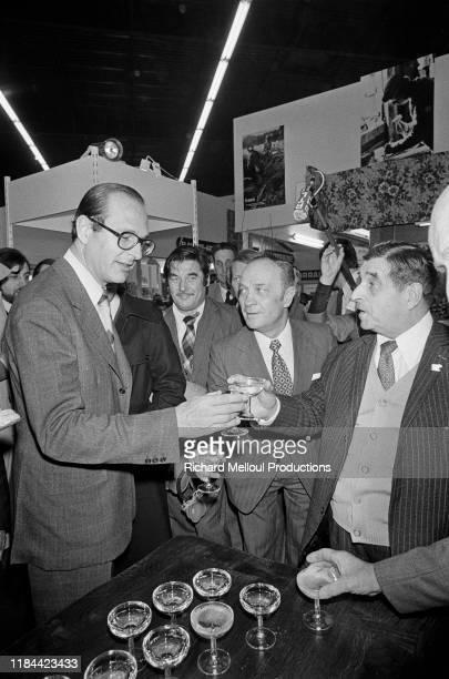 Jacques Chirac trinquant avec un verre de champagne, Paris, 13 Mars 1976.