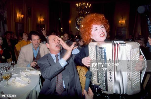 Jacques Chirac Yvette Horner et Michel Leeb lors de l'anniversaire du compositeur Loulou Gasté au Fouquet's le 17 mars 1991 à Paris France