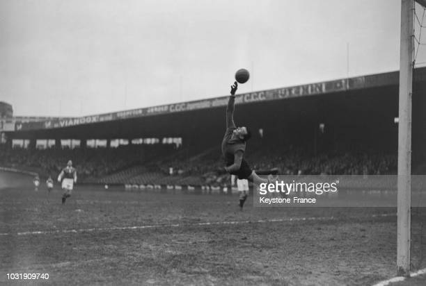Jacques Delachet gardien de but du Red Star en pleine action lors d'un match contre Alès au Parc des Princes le 24 décembre 1947 à Paris France