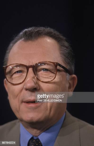 Jacques Delors president de la Commission europeenne invite pour le 10eme anniversaire de l'emission televisee 'L'Heure de verite' sur Antenne 2 le...