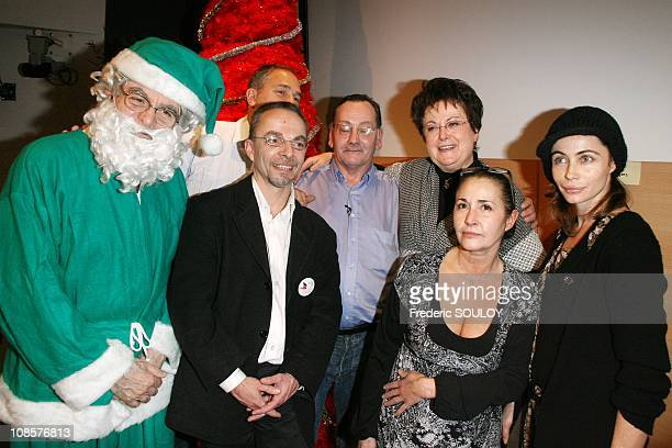 Jacques Deroo Minister of Housing Christine Boutin Eve Beart and Emmanuelle Beart in Paris on December 21 2008