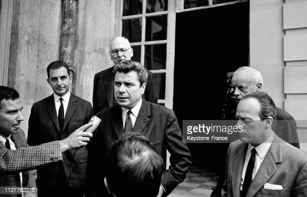 Jacques Duhamel président du groupe 'Progrès et démocratie moderne' interrogé par les journalistes à sa sortie de l'hôtel Matignon à Paris France le...