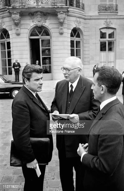Jacques Duhamel président du groupe 'Progrès et démocratie moderne' René Pleven et Joseph Fontanet à leur arrivée à l'hôtel Matignon à Paris France...
