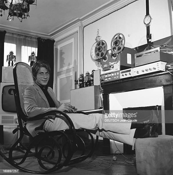 Jacques Dutronc On The Cutting Edge Of Technology Attitude souriante de Jacques DUTRONC assis sur un rockingchair au milieu de son matériel hightech