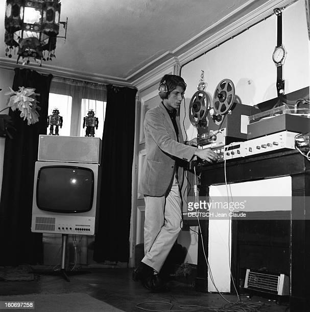 Jacques Dutronc On The Cutting Edge Of Technology Jacques DUTRONC casque sur les oreilles debout devant son magnétophone et matériel hifi Derrière...