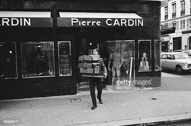 Jacques Dutronc Plays The Playboy Jacques DUTRONC fait des emplettes chez Pierre Cardin rue du faubourg SaintHonoré à Paris sortant du magasin les...