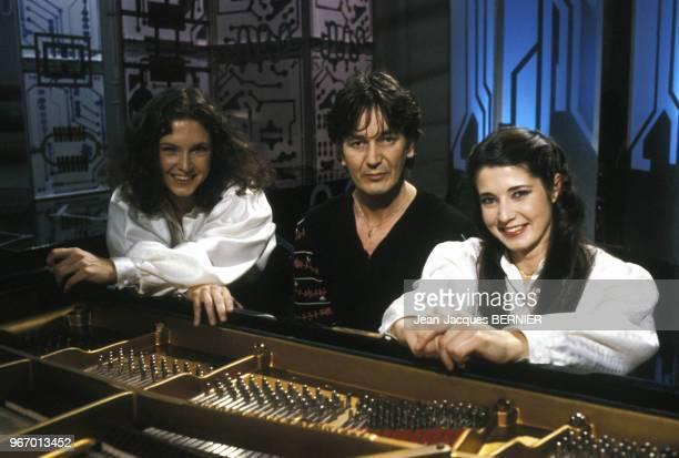 Jacques Higelin et les soeurs Katia et Marielle Labèque lors d'une émission de télévision le 16 février 1983 à Paris France