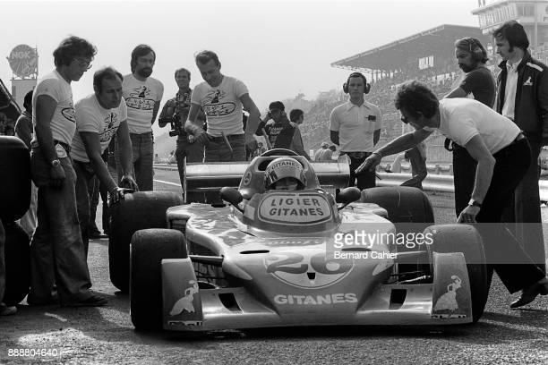 Jacques Laffite Gérard Ducarouge LigierMatra JS5 Grand Prix of Japan Fuji Speedway 24 October 1976 Jacques Laffite with Ligier Chief Designer Gérard...