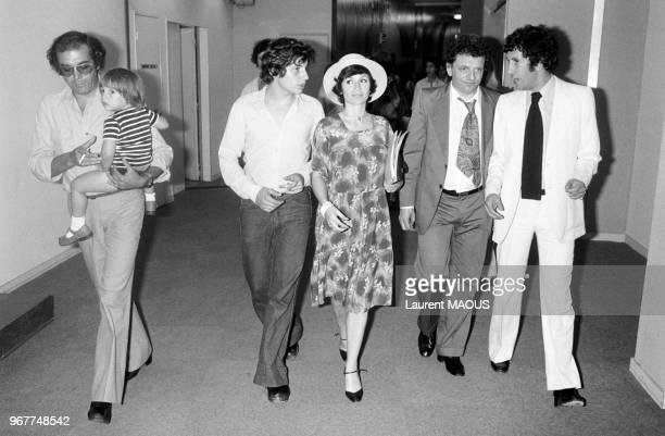 Jacques Martin avec son épouse Danièle Evenou et son fils David, 2e à gauche, et Stéphane Collaro à la télévision le 27 juin 1976 à Paris, France.