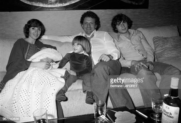 Jacques Martin chez lui avec sa femme Danièle Évenou et leurs enfants à Paris le 22 novembre 1976, France.