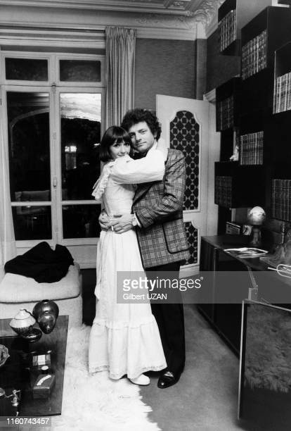 Jacques Martin et sa femme Danièle Évenou chez eux à Paris le 2 décembre 1974, France.