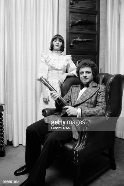 Jacques Martin et sa femme Danièle Évenou chez eux à Paris le 2 décembre 1974 France
