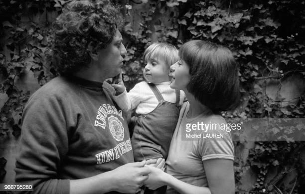 Jacques Martin et son épouse Danièle Evenou avec leur fils Frédéric le 28 novembre 1973 à Paris France