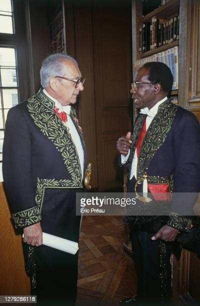 Jacques Soustelle et Leopold Sedar Senghor en costume d'académicien. Ils ont été élus à l'Académie française le même jour soit le 2 juin 1983. Paris,...