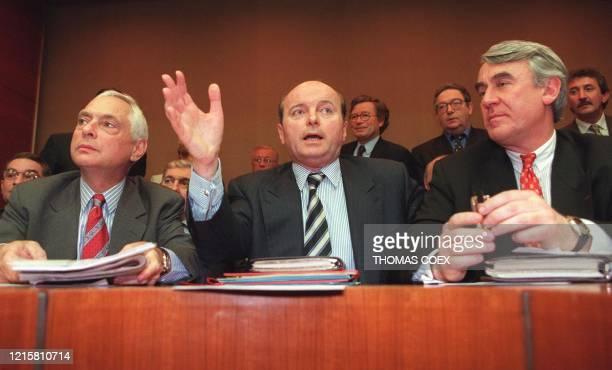 Jacques Toubon , conseiller spécial à l'Elysée, qui préside le nouveau groupe P.A.R.I.S constitué la veille à l'Hôtel de ville, se tient aux côtés du...