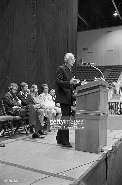 Jacquesyves Cousteau And His Son Philippe In Lakeland Florida Floride Lakeland 28 Mars 1976 Lors d'un 'Involvement Day' dans un amphithéâtre son fils...