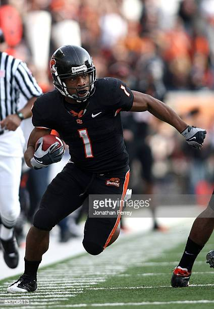 Jacquizz Rodgers of the Oregon State Beavers runs with the ball against the California Golden Bears at Reser Stadium on November 15, 2008 in...