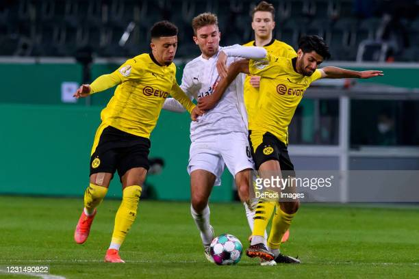 Jadon Sancho of Borussia Dortmund, Christoph Kramer of Borussia Moenchengladbach and Mahmoud Dahoud of Borussia Dortmund battle for the ball during...