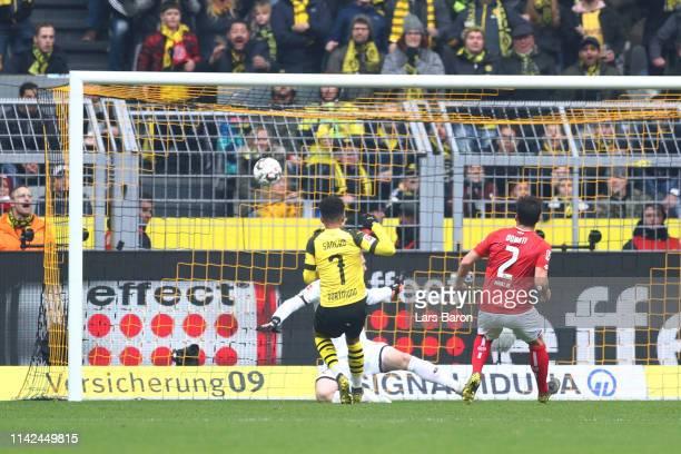 Jadon Sancho of Borussia Dortmund scores his team's first goal during the Bundesliga match between Borussia Dortmund and 1 FSV Mainz 05 at Signal...