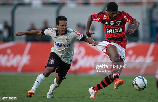 Jadson of Corinthians team and Marcio Araujo of Flamengo team during the Brasileirao Series A 2014 match between Corinthians and Flamengo at Pacaembu...