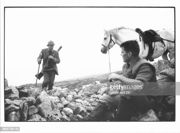 Jaeger mit Gewehr und Ponyboy mit Pony auf der Jagd September 1991