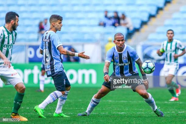 Jael of Gremio battles for the ball against Edu Dracaena of Palmeiras during the match Gremio v Palmeiras as part of Brasileirao Series A 2017 at...