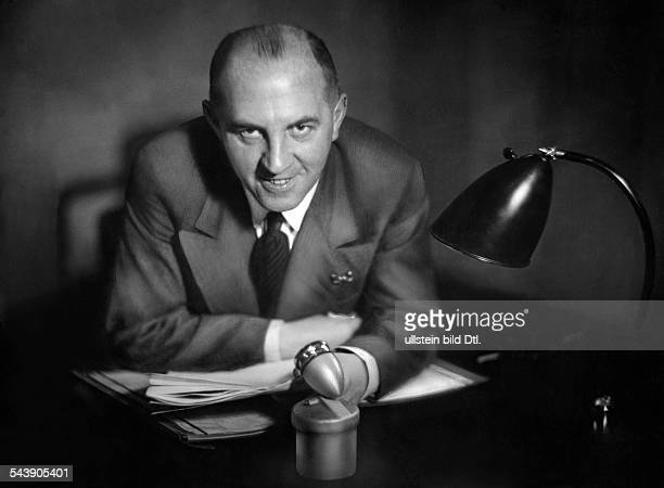 Jaenisch Julius Radio newscaster Radio host Germany*06101890 Photographer Curt Ullmann Published by 'Hier Berlin' 43/1936Vintage property of ullstein...