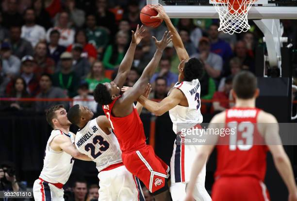 Jae'Sean Tate of the Ohio State Buckeyes and Johnathan Williams of the Gonzaga Bulldogs battle for the ball during the second half in the second...