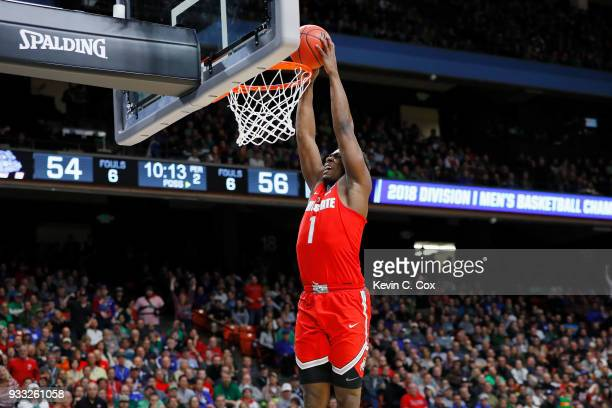 Jae'Sean Tate of the Ohio State Buckeyes dunks the ball during the second half against the Gonzaga Bulldogs in the second round of the 2018 NCAA...